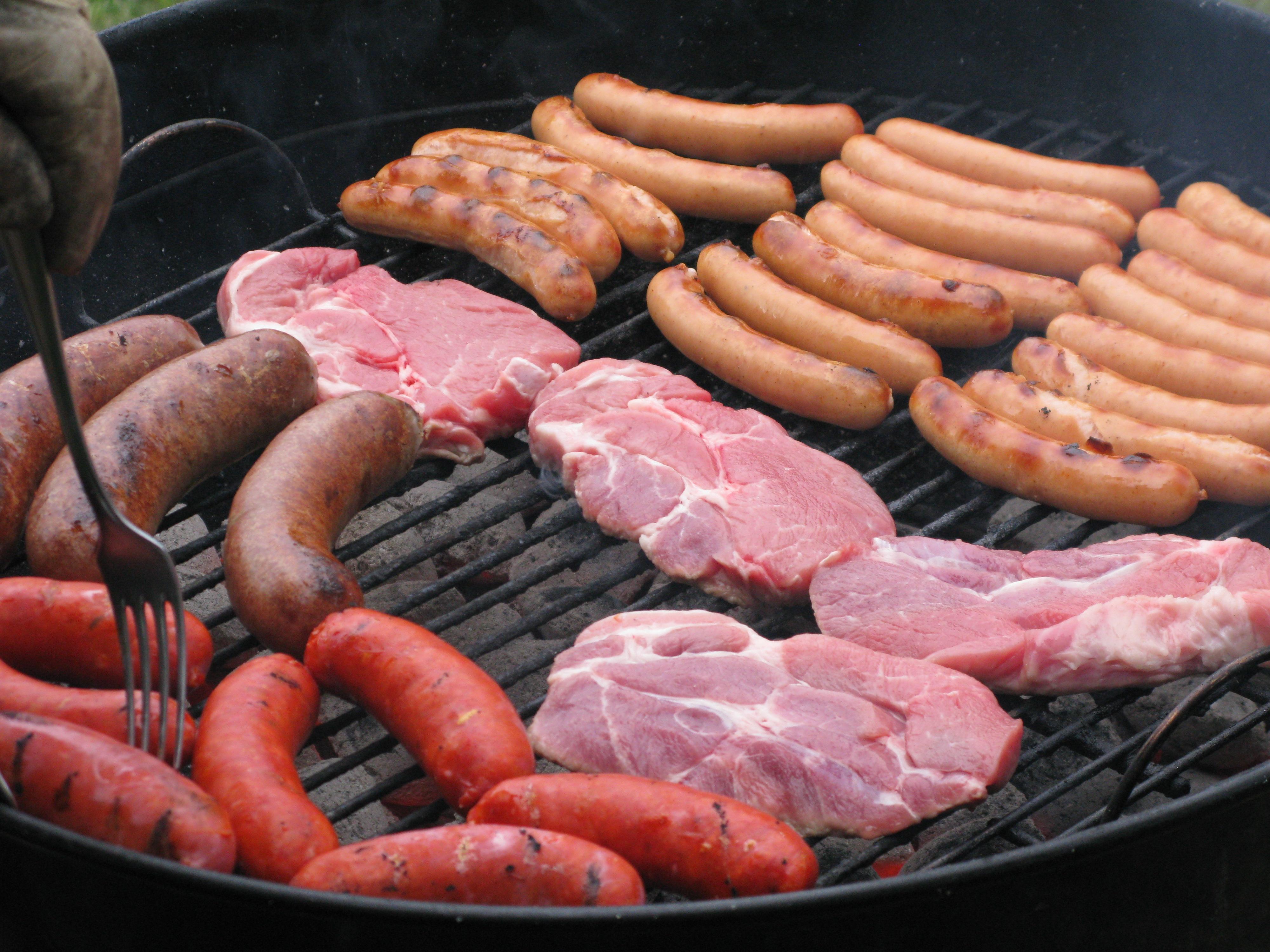 Kød og pølser på grillen